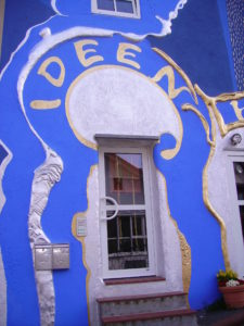 File:Ideen-Haus Eingang.jpg